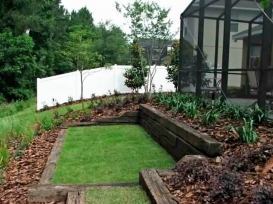 retaining_wall_with_artificial_turf